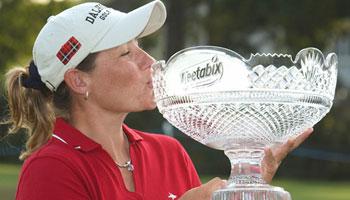 Karen Stupples kissing an LPGA trophey.